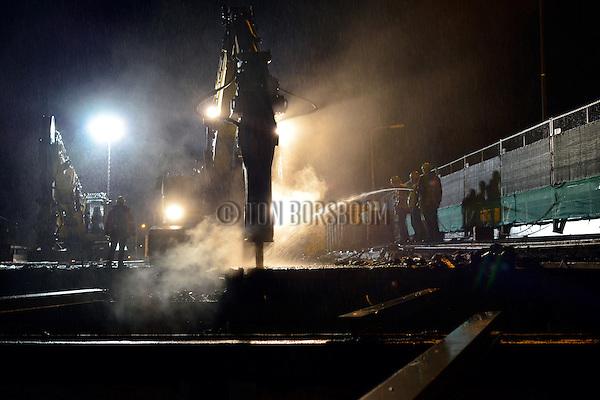 AMERSFOORT - In het holst van de nacht zijn medewerkers van Pongers bezig met de gedeeltelijke sloop van viaduct Ponlijn tijdens wegwerkzaamheden aan de A28. In opdracht van Rijkswaterstaat werkt Combinatie De Utrechtse Tulp aan Project A27 GOVER waarbij tussen Utrecht en Amersfoort de A28 wordt verbreed en verbeterd. Bij Amersfoort worden daarom door Pongers, in totaal 7 kunstwerken gesloopt waarbij afgelopen weekend ondermeer vier grote sloopkranen van 40 tot 75 ton, in volcontinu dienst 750 ton beton verwijderde. Logistiek ondersteund door P&K uit Rijssen neemt Pongers binnenkort opnieuw een viaduct onder handen dat later eveneens verbreed wordt. Combinatie De Utrechtse Tulp bestaat uit Vialis, KWS Infra, Van Hattum en Blankevoort (allen behorend tot VolkerWessels) en Mourik Groot-Ammers. Project A27 GOVER is één van de spoedaanpak-projecten, waarbij Rijkswaterstaat een dertigtal hardnekkige knelpunten op de weg versneld aanpakt om de doorstroming te verbeteren en de reistijd te verkorten. COPYRIGHT TON BORSBOOM