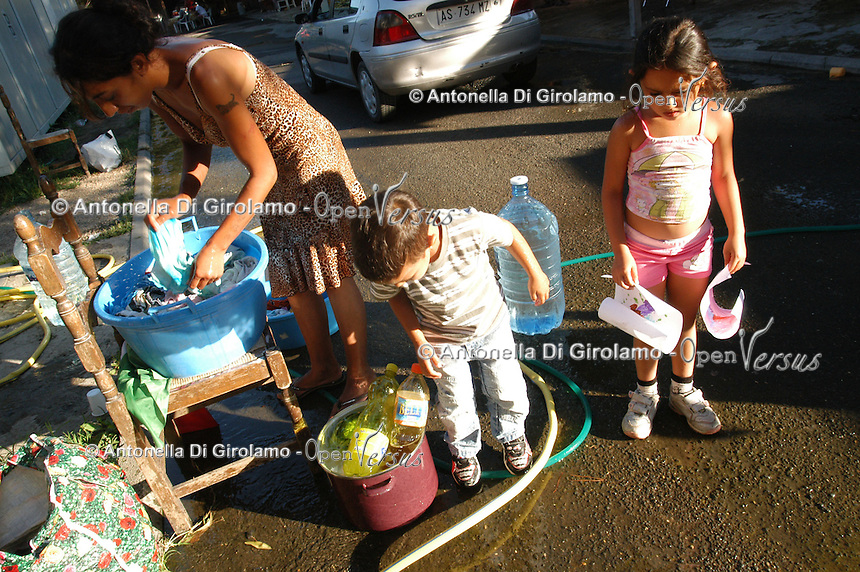 Un campo nomadi a Roma, in via Salviati. Donne e bambini durante momenti di vita quotidiana..A gypsy Rom camp in Rome, Salviati street. Women and children during times of daily life..
