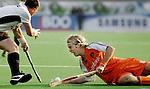 Champions Trophy Hockey mannen. Nederland-Duitsland 3-4. Floris Everes (r) verspeelt de bal aan de Duitser Christoph Menke.