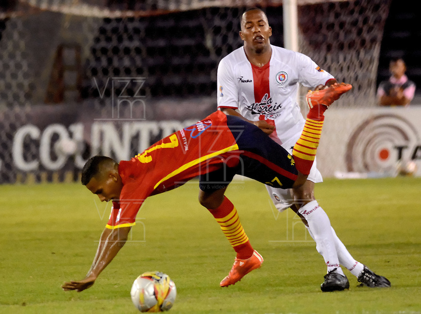 BARRANQUILLA- COLOMBIA - 12-09-2015: Nelino Tapia jugador de  Uniautonoma disputa   balon con Yonni Inestroza  de Cortulua  durante partido  por la fecha 12 de la Liga Aguila II 2015 jugado en el estadio Metropolitano / Nelino Tapia  player of Uniautonoma fights the ball against Yonni Inestroza of Cortulua during a match for the twelfth date of the Liga Aguila II 2015 played at Metropolitano  stadium in Barranquilla  city. Photo: VizzorImage / Alfonso Cervantes / Cont