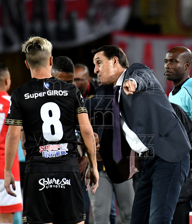 BOGOTÁ-COLOMBIA, 09-11-2019: Alexandre Gimaraes, técnico de América de Cali da instrucciones a Cristian Álvarez, durante partido de la fecha 1 de los cuadrangulares semifinales entre Independiente Santa Fe y América de Cali, por la Liga Águila II 2019, jugado en el estadio Nemesio Camacho El Campín de la ciudad de Bogotá. / Alexandre Gimaraes, coach of America de Cali gives instructions to Cristian Álvarez, during a match of the 1 date of the semifinals quarter finals between Independiente Santa Fe and America de Cali, for the Aguila Leguaje II 2019 played at the Nemesio Camacho El Campin Stadium in Bogota city. / Photo: VizzorImage / Luis Ramírez / Staff.