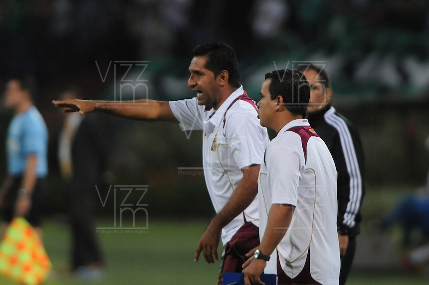 MEDELLÍN -COLOMBIA-16-02-2014. Carlos Castro (Izq) del Deportes Tolima durante partido con Atlético Nacional por la fecha 5 de la Liga Postobón I 2014 jugado en el estadio Atanasio Girardot de la ciudad de Medellín./ Deportes Tolima coach Carlos Castro (L) during match against Atletico Nacional for the fifth date of the Postobon League I 2014 at Atanasio Girardot stadium in Medellin city. Photo: VizzorImage/Luis Ríos/STR