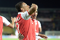 BOGOTÁ-COLOMBIA-24-01-2013. Carlos Arias de Santa Fe celebra, junto con Wilder Medina, el gol que le dió la victoria a su equipo frente a Millonarios, 2 -1. Este es el Primer partido de la Superliga 2013 de campeones del fútbol profesional colombiano entre Millonarios y Sante Fe. Observa Roberto Mendoza de Santa Fe./ Sata Fe's striker, Carlos Arias celebrates with his teammate, Wilder Medina, the goal that gave the victory over Millonarios, 2-1. This is the first game of the Super League champions 2013 Colombian professional football between Millonarios and Santa Fe.    Photo: VizzorImage/STR