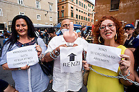 Roma 24 Giugno 2015<br /> Gli insegnanti protestano contro le riforme della scuola di Renzi, vicino  al Senato, dove giovedi il Governo Renzi ha deciso di votare la fiducia alla legge. Manifestanti  incatenati.<br /> Rome June 24, 2015<br /> The teachers are protesting against Renzi's school reforms, , close to the Senate, where the government Renzi, thursday decided to vote confidence to the law. Protesters chained