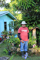 Jony Arce, 45 years old, lives in the village of Atena about thirty kilometers west of the capital, San José. An aficionado of the stingless bees, he practices meliponiculture as his passion. Proud of his collection of bees, he loves observing them but also goes to find the bees in the forest. Overseer on a 50-hectare coffee plantation, he does not harvest their honey. Jony has always been a farmer; he comes from a poor family and was not able to go to college. His dream was to become an agronomic engineer but he still realizes somewhat this dream by collaborating with CINAT's programs and in sharing his passion with Edouardo, his agricultural friend who passed his passion for bees onto Jony. ///Jony Arce , 45 ans, vit dans le village d'Atena à une trentaine de kilomètre à l'ouest de la capitale San José. Passionné par les abeilles sans dard, il pratique la meliponiculture par passion. Fiers de sa collection d'abeilles, il adore les observer mais aussi allé dénicher des abeilles en forêt. Contremaître dans une plantation de café de 50 hectares, il ne récolte pas leur miel. Jony a toujours été paysan, il vient d'une famille pauvre et n'a pas pu faire d'études. Son rêve aurait été de devenir ingénieur agronome mais il réalise quelque part se rêve en collaborant aux programmes du CINAT et en partageant sa passion avec Edouardo, son ami agronome qui lui a transmis sa passion des abeilles.