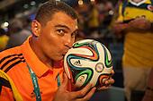 El arquero de la selecci&oacute;n Colombia Faryd Mondragon besa el bal&oacute;n del partido en el cual bati&oacute; el record del jugador mas veterano en jugar un mundial despu&eacute;s del partido que Colombia le gan&oacute; 4 a1 a Jap&oacute;n  en Cuiaba el 24  de junio de 2014.<br /> <br /> Foto: Joaquin Sarmiento/Archivolatino<br /> <br /> COPYRIGHT: Archivolatino<br /> Solo para uso editorial. No esta permitida su venta o uso comercial.