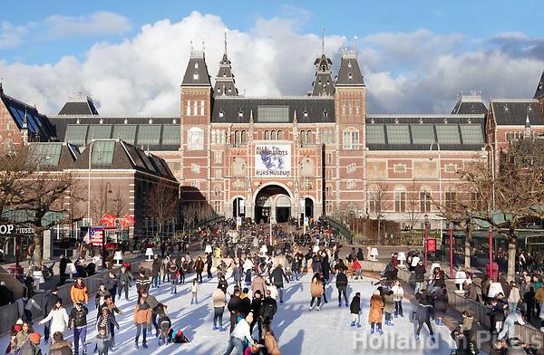 Nederland - Amsterdam - Februari 2019. IJsbaan op het Museumplein. Op de achtergrond het Rijksmuseum. Foto Berlinda van Dam / Hollandse Hoogte