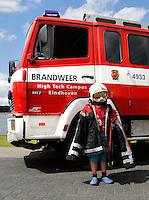 High Tech Campus Eindhoven. Ontdekkingsroute Dutch Technology Week. Open dag. Kind draagt het uniform van de brandweer .