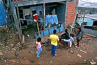 Família na Favela de Heliópolis. São Paulo. Foto de Juca Martins. Data. 1994.