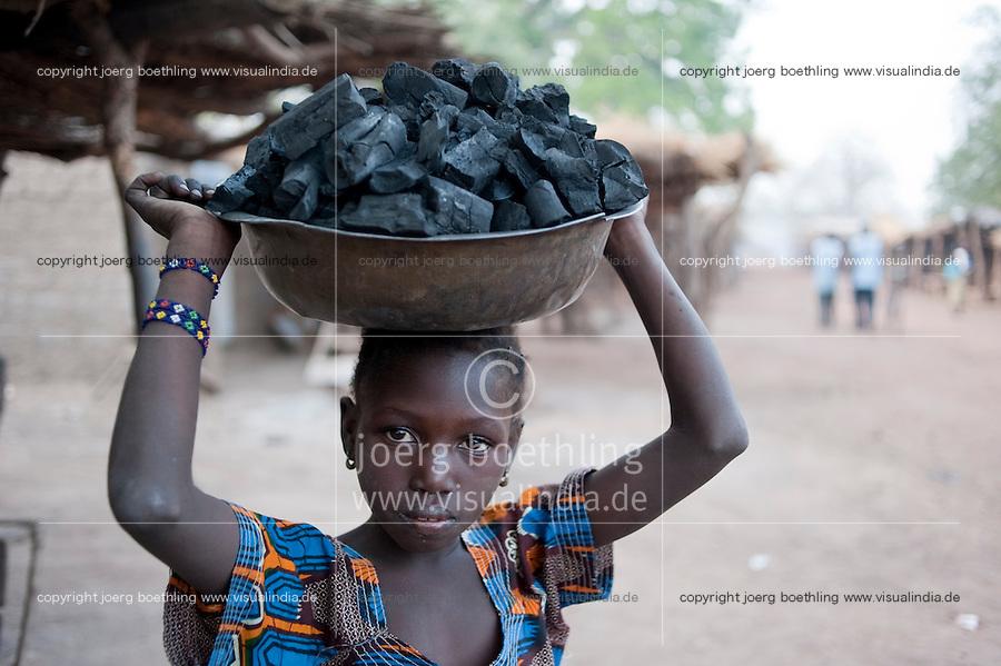MALI, girl sell char coal as cooking fuel / Maedchen verkauft Holzkohle zum Kochen