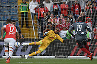 BOGOTA - COLOMBIA, 28-01-2018: Robinson Zapata arquero de Independiente Santa Fe no puede atajar un gol de penal de Cristian Martinez Borja (#19) del América durante el encuentro entre Independiente Santa Fe y América de Cali por la final del Torneo Fox Sports 2018 jugado en el estadio Nemesio Camacho El Campin de la ciudad de Bogotá. / Robinson Zapata goalkeeper of Independiente Santa Fe can't catch a goal of penal from Cristian Martinez Borja (#19) during match between Independiente Santa Fe and America de Cali for the final of the Fox Sports  Tournament 2018 played at Nemesio Camacho El Campin Stadium in Bogota city. Photo: VizzorImage / Gabriel Aponte / Staff.