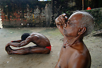 "Asien Suedasien Indien Westbengalen Megacity Kalkutta, Maenner beim Morgen Yoga am Hooghli Fluss - Kultur Tradition xagndaz | .South asia India Westbengal Calcutta Kolkatta, men doing morning Yoga at hooghli river | [ copyright (c) Joerg Boethling / agenda , Veroeffentlichung nur gegen Honorar und Belegexemplar an / publication only with royalties and copy to:  agenda PG   Rothestr. 66   Germany D-22765 Hamburg   ph. ++49 40 391 907 14   e-mail: boethling@agenda-fototext.de   www.agenda-fototext.de   Bank: Hamburger Sparkasse  BLZ 200 505 50  Kto. 1281 120 178   IBAN: DE96 2005 0550 1281 1201 78   BIC: ""HASPDEHH"" ,  WEITERE MOTIVE ZU DIESEM THEMA SIND VORHANDEN!! MORE PICTURES ON THIS SUBJECT AVAILABLE!!  ] [#0,26,121#]"
