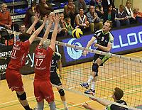 PREFAXIS MENEN - NOLIKO MAASEIK :<br /> aanval van Leonis Dedeyne (9) tegen een blok van Kamil Rychlicki (11) en Robert Bontje (17)<br /> <br /> Foto VDB / Bart Vandenbroucke