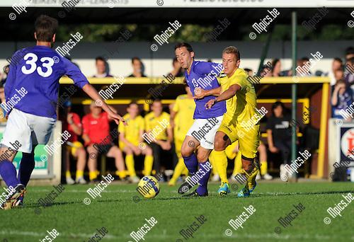2013-08-13 / Voetbal / seizoen 2013-2014 / Sint-Lenaarts - Beerschot-Wilrijk / Joris Jaspers (r. Sint-Lenaarts) in duel met Jarich De Woyer. Van der Linden (33) kijkt toe.<br /><br />Foto: mpics.be
