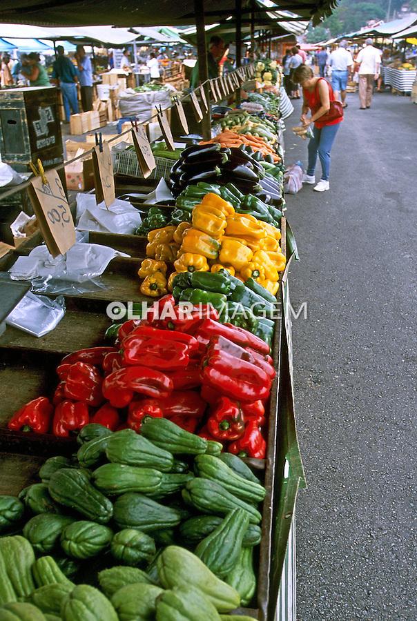 Barraca de legumes em feira no Pacaembú. São Paulo. 2004. Foto de Juca Martins.