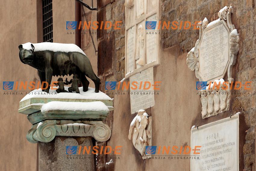 Roma 04/02/2012. Neve a Roma. Lupa Capitolina.Snow in Rome. .Photo Zucchi Insidefoto