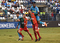 MONTERIA - COLOMBIA, 10-04-2018: Ramon Cordoba  (Der.) jugador de Jaguares de Córdoba  de Colombia disputa el balón contra Carlos Valdez (Izq.) de el Boston River de Uruguay   en partido por la Copa Conmebol  Sudamericana llave 16 , jugado en el estadio Municipal  Jaraguay de Monteria. / Ramon Cordoba (R) player of Jaguares of Cordoba  of Colombia fights the ball agaisnt Carlos Valdez (L)  of Boston River of Uruguay  in match for Conmebol Sudamericana Cup , key 16,played in the  Municipal de Monteria Stadium. Photo: VizzorImage / Andrés Felipe López Vargas / Contribuidor
