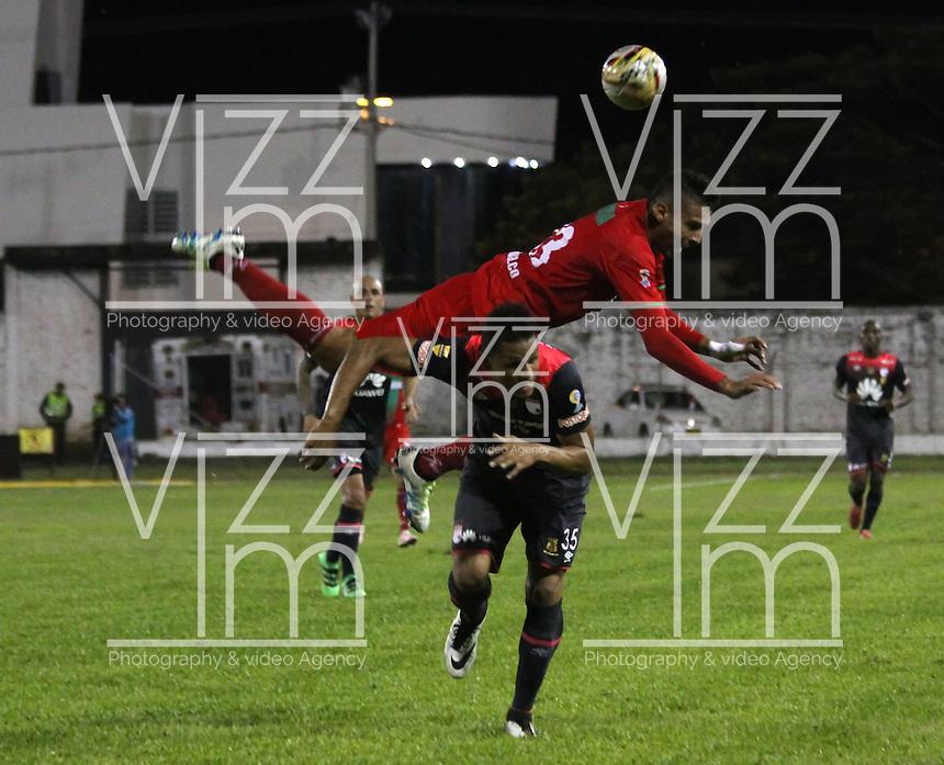 TULUÁ -COLOMBIA-1-JUNIO-2016.Jose Moya (Der.) de Santa Fe   disputa el balón con Anthony Otero  (Izq.) del Cortuluá  durante partido por los cuartos de final-cuartos ida de la  Liga Águila I 2016 jugado en el estadio 12 de Octubre de Tuluá./ XXXXX (R) of Santa Fe  fights for the ball with XXXXX (L) of Cortuluá  during the match for the date match quarterfinal round end-quarters of Liga Aguila  2016 I Liga played at the 12 de Octubre  stadium in Tulua . Photo: VizzorImage / Felipe Caicedo / Staff