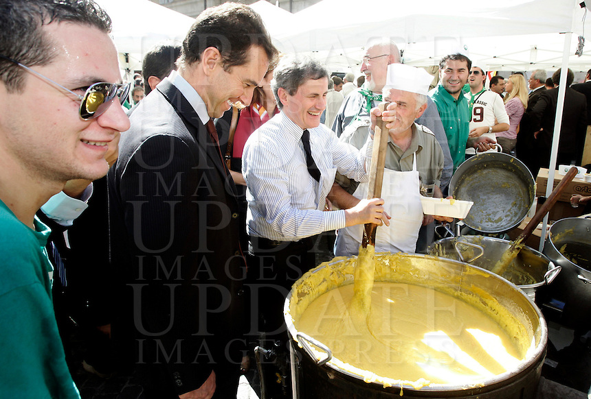 Il sindaco di Roma Gianni Alemanno mescola la polenta dei militanti della Lega Nord, di fronte a Montecitorio, Roma, 6 ottobre 2010..UPDATE IMAGES PRESS/Riccardo De Luca