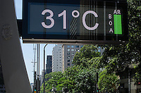 SAO PAULO, SP, 21.11.2013 - CLIMA TEMPO - Paulistano vive manhã quente e ensolarada, na Avenida Paulista, região central da capital, nesta quinta feira, 21.  (Foto: Alexandre Moreira / Brazil Photo Press)