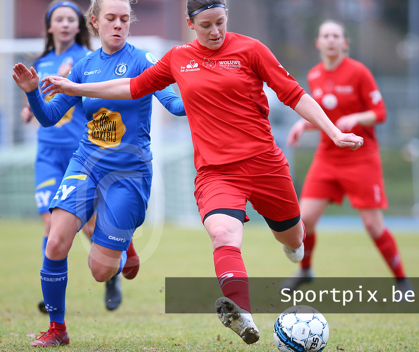 20191221 - WOLUWE: Woluwe's Lynn Senaeve in action (right) while Gent's Alixe Bosteels defends (left) during the Belgian Women's National Division 1 match between FC Femina WS Woluwe A and KAA Gent B on 21st December 2019 at State Fallon, Woluwe, Belgium. PHOTO: SPORTPIX.BE | SEVIL OKTEM