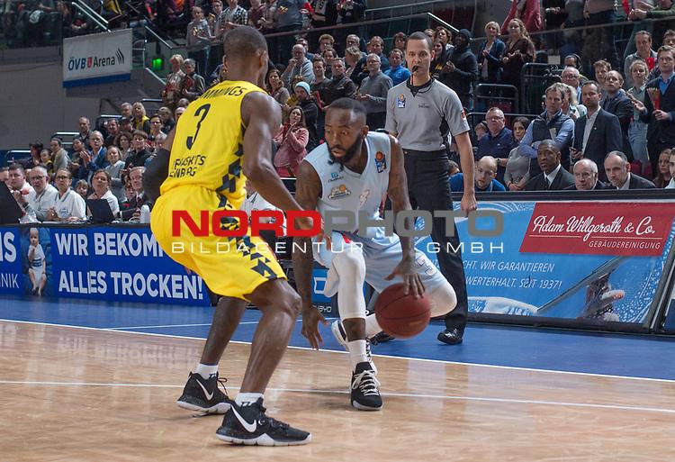10.02.2019, &Ouml;VB Arena, Bremen, GER, easy Credit-BBL, Eisb&auml;ren Bremerhaven vs EWE Baskets Oldenburg, im Bild<br /> am Ball.....<br /> Chris WARREN ( Eisb&auml;ren Bremerhaven #3 )<br /> Will CUMMINGS (EWE Baskets Oldenburg #3 )<br /> Foto &copy; nordphoto / Rojahn
