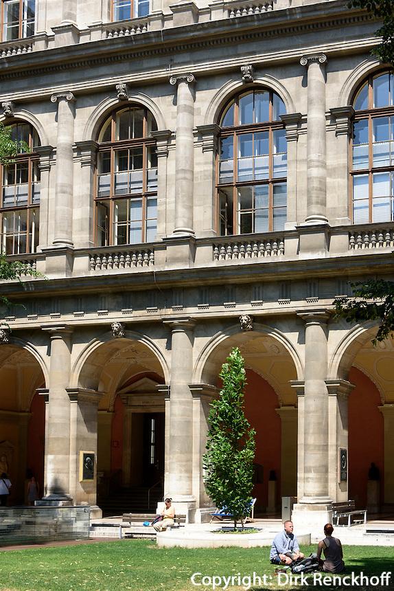 Arkadenhof der Universit&auml;t auf dem Universit&auml;tsring, Wien, &Ouml;sterreich, UNESCO-Weltkulturerbe<br /> Arcades of  university, Vienna, Austria, world heritage
