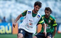 BELO HORIZONTE, MINAS GERAIS, 22 DE ABRIL 2013 - TREINO SELEÇÃO BRASILEIRA DE FUTEBOL - Alexandre Pato (E) jogador da seleção brasileira de futebol durante sessão de treinamento na Minas Arena (Mineirão), na tarde desta terça-feira, 22. Amanhã o Brasil enfrenta o Chile no mesmo local. FOTO: WILLIAM VOLCOV / BRAZIL PHOTO PRESS.