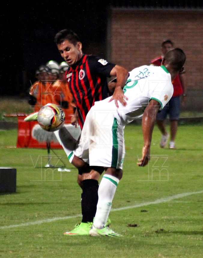 CUCUTA - COLOMBIA -08 -03-2015: Diego Espinel (Izq.) jugador de Cucuta Deportivo disputa el balón con Frank Fabra (Der.) jugador de Deportivo Cali, durante partido entre Cucuta Deportivo y Deportivo Cali por la fecha 8 de la Liga Aguila I-2015, jugado en el estadio General Santander de la ciudad de Cucuta.  / Diego Espinel (L) player of Cucuta Deportivo vies for the ball with con Frank Fabra (R) player of Deportivo Cali, during a match between Cucuta Deportivo and Deportivo Cali for the date 8 of the Liga Aguila I-2015 at the General Santander Stadium in Cucuta city, Photo: VizzorImage / Manuel Hernandez / Str.