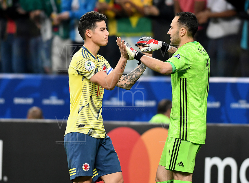 SAO PAULO – BRASIL, 28-06-2019: David Ospina arquero y James Rodriguez de Colombia en la tanda de penales definitorios durante partido por cuartos de final de la Copa América Brasil 2019 entre Colombia y Chile jugado en el Arena Corinthians de Sao Paulo, Brasil. / David Ospina goalkeeper and James Rodriguez of Colombia in a shootout during the Copa America Brazil 2019 quarter-finals match between Colombia and Chile played at Arena Corinthians in Sao Paulo, Brazil. Photos: VizzorImage / Julian Medina / Cont /