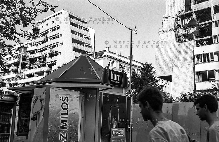 Belgrado, un chiosco davanti al palazzo del Ministero della Difesa danneggiato dai bombardamenti NATO durante la guerra del Kosovo nel 1999 --- Belgrade, damage of 1999 NATO bombardment on the Yugoslav Ministry of Defence building. A kiosk