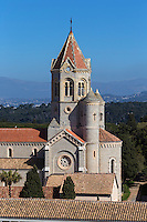 Europe/France/Provence-Alpes-Côte d'Azur/Alpes-Maritimes/Cannes: îIes de Lérins, île de Saint-Honorat /Abbaye de Saint Honorat: L'église abbatiale et le monastère de l'abbaye de Lérins.// Europe/France/Provence-Alpes-Côte d'Azur/Alpes-Maritimes/Cannes:  Lerins island of Saint Honorat: Church and monastery of the Lérins Abbey.
