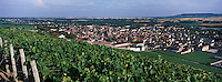 Europe/France/Champagne-Ardenne/51/Marne/Ay: Le vignoble champenois de la vallée de la Marne et le village