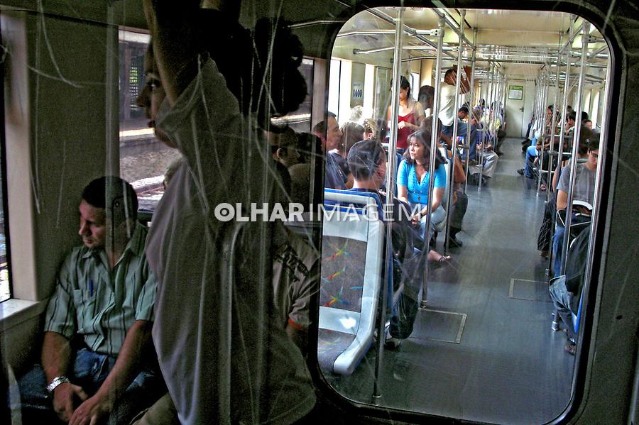 Transporte em trem da Companhia Paulista de Trens Metropolitanos. CPTM. São Paulo. 2008. Foto de Juca Martins.
