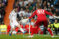 Real Madrid's Spanish midfielder Isco and Schalke´s German goalkeeper Timon Wellenreuther