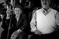 """Cet homme est présenté comme un """"très vieux"""" monsieur, il n'a pas soixante-dix ans.<br /> This man is described as a """"very old"""" sir, he is not seventy years old."""