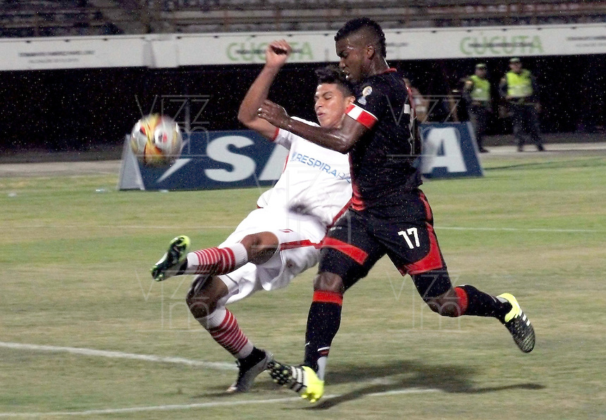 CÚCUTA -COLOMBIA, 26-09-2015.  Miguel Perez (Izq.) jugador del Cucuta Deportivo disputa el balón con Alexis R. Perez (Der.) jugador de Uniautónoma durante partido por la fecha 14 de la Liga Águila II 2015 disputado en el estadio General Santander de la ciudad de Cúcuta./ Miguel Perez (R) player of Cucuta Deportivo fights for the ball with Alexis R. Perez (L) player of Uniautonoma during match for the date 14 of the Aguila League II 2015 played at the General Santander Stadium in Cucuta city. Photo: VizzorImage/ Manuel Hernandez /