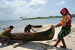 Ind&iacute;genas guna / mujeres varando un cayuco en la comarca de Guna Yala, Panam&aacute;.<br /> <br /> Guna indians / women stranding a bark in Guna Yala region, Panama.