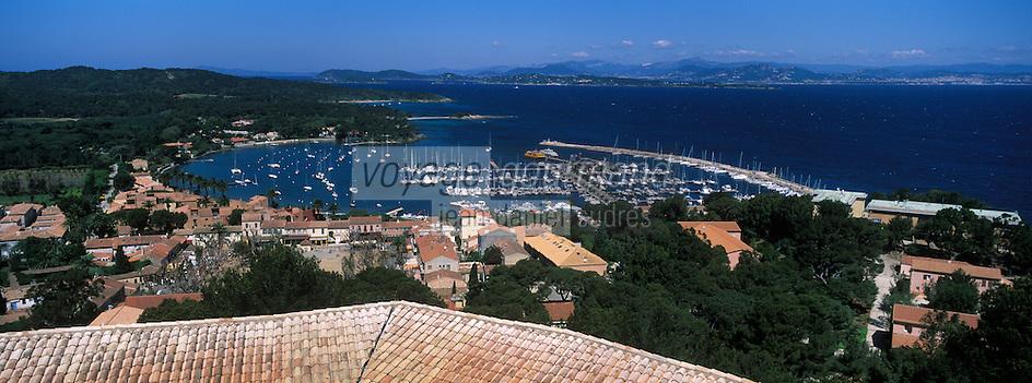 Europe/Provence-Alpes-Côte d'Azur/83/Ile de Porquerolles: Le village, le port  vus depuis le Fort Sainte-Agathe