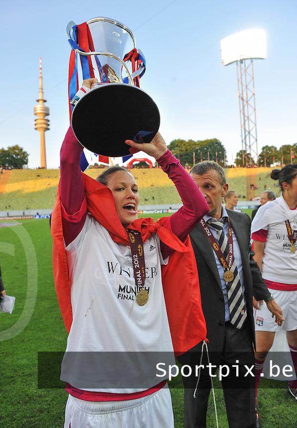 Uefa Women 's Champions League Final 2012 at Olympiastadion Munchen : Olympique Lyon -  FC Frankfurt : Lara Dickenmann wit the cup.foto DAVID CATRY / JOKE VUYLSTEKE / Vrouwenteam.be