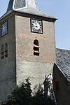 Foto: VidiPhoto<br /> <br /> VALBURG &ndash; Personeel van restaurateur Cuppens uit Nijmegen moet donderdag alle zeilen bijzetten om de eerste fase van de restauratie van de Hervormde dorpskerk in Valburg op tijd gereed te krijgen. Behalve dat het stucwerk aan de binnenzijde verwijderd moet worden, wordt ook het voegwerk aan de toren van de kerk en onder het maaiveld bijgewerkt. Bij de laatste grote restauratie in de jaren zeventig mochten er geen dakgoten aangebracht worden omdat dit afbreuk zou doen aan de historische aanblik van het Godshuis. Jarenlang hoopte daardoor het vocht zich op in de muren, waardoor nu het stucwerk aan de binnenzijde ernstig beschadigd is en verwijderd moet worden. Ook de middeleeuwse muurschilderingen van het Rijksmonument zijn hierdoor op sommige plekken aangetast. De muren moeten een jaar drogen voordat er nieuw pleisterwerk op mag. Het oudste deel van de kerk dateert van de 11e eeuw. De kerk wordt iedere zondag nog tweemaal gebruikt voor de eredienst. De restauratie wordt begeleid door ingenieursbureau Lakerveld uit Noordeloos.