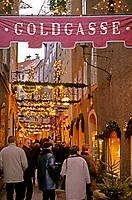 Oesterreich, Salzburger Land, Salzburg: Spaziergang durch die Getreidegasse zur Weihnachtszeit | Austria, Salzburger Land, Salzburg, Getreidegasse at advent season