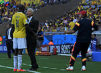 BELO HORIZONTE - BRASIL -14-06-2014. Jose Pekerman técnico de Colombia (COL) da instrucciones a Victor Ibarbo (#14) durante partido del Grupo C contra  Grecia (GRC) por la Copa Mundial de la FIFA Brasil 2014 jugado en el estadio Mineirao de Belo Horizonte./ Jose Pekerman coach of Colombia (COL) gives directiosn to Victor Ibarbo (#14) during the Group C match against Grece (GRC) dfor the 2014 FIFA World Cup Brazil played at Mineirao stadium in Belo Horizonte. Photo: VizzorImage / Alfredo Gutiérrez / Contribuidor