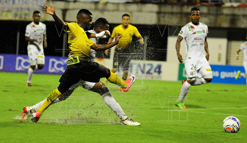 BARRANCABERMEJA- COLOMBIA - 02 - 10 - 2017: Yuber Asprilla (Izq.) jugador de Alianza Petrolera, disputa el balón con Luis Murillo (Der.) jugador de Once Caldas, durante partido Alianza Petrolera y Once Caldas, de la fecha 14 por la Liga Aguila II 2017  en el estadio Daniel Villa Zapata en la ciudad de Barrancabermeja. / Yuber Asprilla (L) player of Alianza Petrolera, figths the ball with Luis Murillo (R) player of Once Caldas, during a match between Alianza Petrolera and Once Caldas, of the date 14th for the Liga Aguila II 2017 at the Daniel Villa Zapata stadium in Barrancabermeja city. Photo: VizzorImage  / Jose D Martinez / Cont.