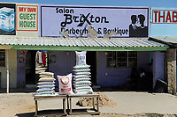 ZAMBIA Barotseland Mongu, farmers doing paddy farming in the flood plains, selling of rice in bags / SAMBIA Barotseland , Stadt Mongu , in der Sambesi Flussebene wir Reis abgebaut, Reis Verkauf