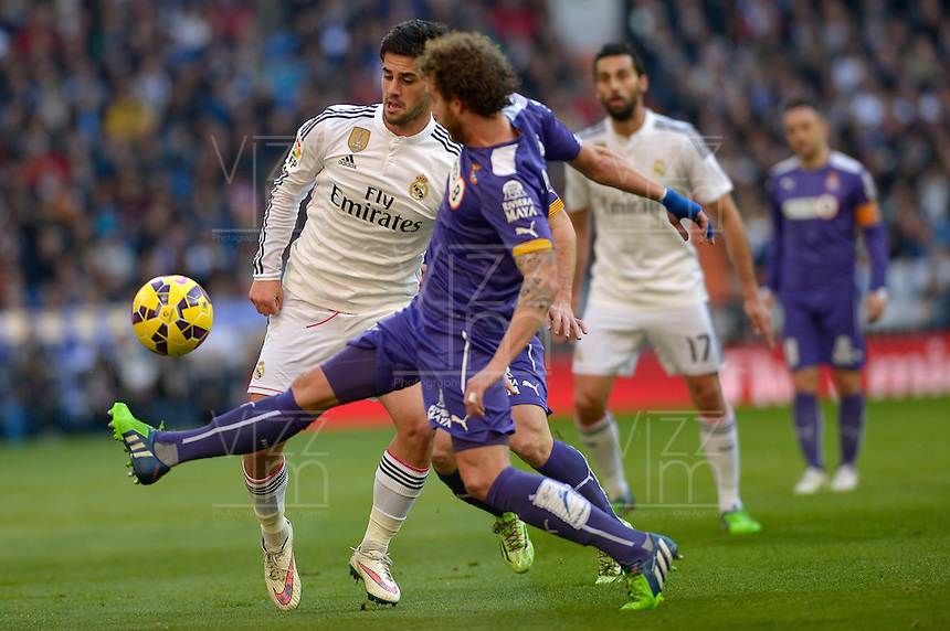 MADRID - ESPAÑA - 10-01-2015: Isco (Izq.) jugador de Real Madrid disputa el balon con Colotto  (Der.) jugador de Espanyol durante partido de la Liga de España, Real Madrid y Espanyol en el estadio Santiago Bernabeu de la ciudad de Madrid, España. / Isco (L) player of Real Madrid vie for the ball with Colotto  (R) player of Espanyol during a match between Real Madrid and Espanyol for the Liga of Spain in the Santiago Bernabeu stadium in Madrid, Spain  Photo: Asnerp / Patricio Realpe / VizzorImage.