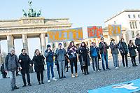 """Schuelerinnen und Schueler veranstalten Gebaerdensprachen Flashmob am Brandenburger Tor.<br /> Die """"German Toilet Organization e.V."""" und Schuelerinnen und Schueler aus Berlin veranstalteten am Mittwoch den 29. November 2017 zum Welttag der Menschen mit Behinderungen 2017 in Gebaerdensprache einen Flashmob am Brandenburger Tor um auf den Zugang zu sicheren Toiletten und sauberem Trinkwasser fuer Menschen mit Behinderungen weltweit aufmerksam zu machen.<br /> So wollten die Schuelerinnen und Schueler auf die inklusiven Rueckstaende weltweit aufmerksam machen. Sie forderten eine barrierefreie Gesellschaft. Immer noch erfahren Menschen mit Behinderungen Diskriminierungen und Ausgrenzungen von der Schule oder dem Arbeitsmarkt. Sanitaere Anlagen besitzen oft keine Rampen, Haltegriffe, Sitzmoeglichkeiten oder Blindenleitsysteme.<br /> Die Aktion war Teil des entwicklungspolitischen Bildungsprojektes """"Klobalisierte Welt"""" der German Toilet Organization e.V..<br /> 29.11.2017, Berlin<br /> Copyright: Christian-Ditsch.de<br /> [Inhaltsveraendernde Manipulation des Fotos nur nach ausdruecklicher Genehmigung des Fotografen. Vereinbarungen ueber Abtretung von Persoenlichkeitsrechten/Model Release der abgebildeten Person/Personen liegen nicht vor. NO MODEL RELEASE! Nur fuer Redaktionelle Zwecke. Don't publish without copyright Christian-Ditsch.de, Veroeffentlichung nur mit Fotografennennung, sowie gegen Honorar, MwSt. und Beleg. Konto: I N G - D i B a, IBAN DE58500105175400192269, BIC INGDDEFFXXX, Kontakt: post@christian-ditsch.de<br /> Bei der Bearbeitung der Dateiinformationen darf die Urheberkennzeichnung in den EXIF- und  IPTC-Daten nicht entfernt werden, diese sind in digitalen Medien nach §95c UrhG rechtlich geschuetzt. Der Urhebervermerk wird gemaess §13 UrhG verlangt.]"""