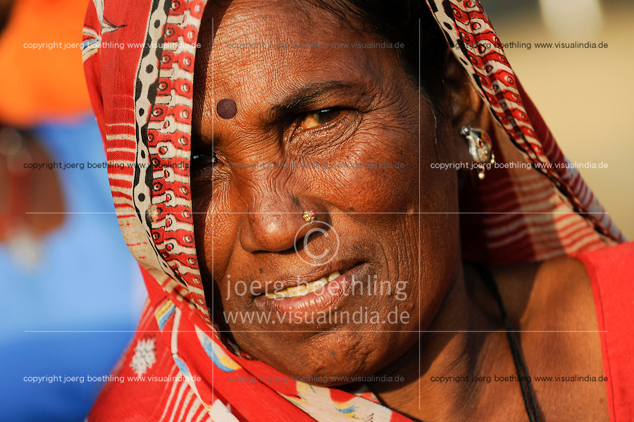 INDIA Uttar Pradesh , dalit women in village in Bundelkhand , Frau Ladku / INDIEN Uttar Pradesh, Frauen unterer Kasten und kastenlose Frauen, Dalits, in Doerfern in Bundelkhand , portrait Mrs. Ladku