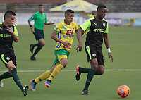 NEIVA, COLOMBIA, 11-03-2017: Omar Duarte (Izq) del Atlético Huila disputa el balón con Dairin Gonzalez (Der) del La Equidad durante partido por la fecha 9 de la Liga Águila I 2017 jugado en el estadio Guillermo Plazas Alcid de la ciudad de Neiva./ Omar Duarte (L) player of Atletico Huila fights for the ball with Dairin Gonzalez (R) player of La Equidad during match for the date 9 of the Aguila League I 2017 played at Guillermo Plazas Alcid in Neiva city. VizzorImage / Sergio Reyes / Cont