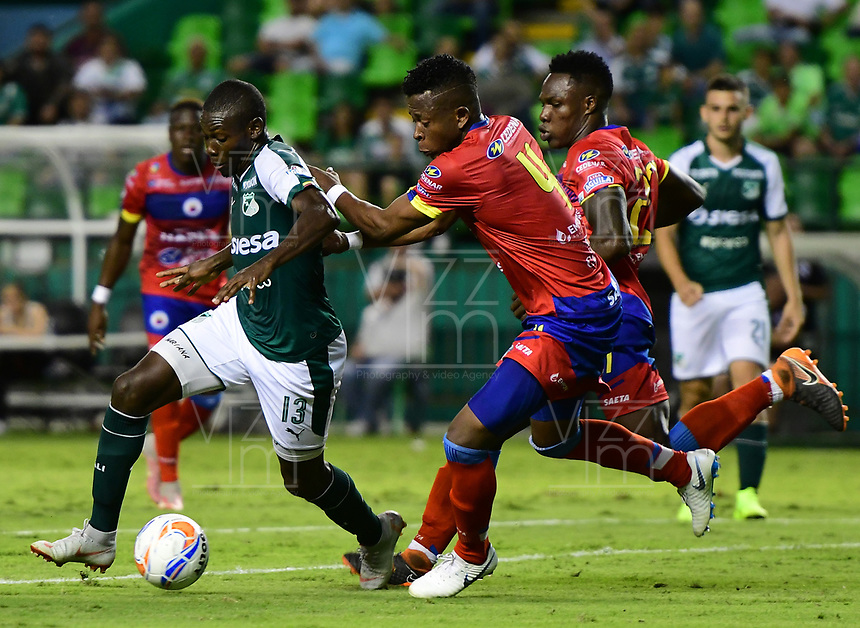 PALMIRA - COLOMBIA, 11-11-2018: Didier Delgado (Izq) del Deportivo Cali disputa el balón con Mairon Quiñones (Der) de Deportivo Pasto durante partido por la fecha 19 de la Liga Aguila II 2018 jugado en el estadio Palmaseca de Cali. / Didier Delgado (L) player of Deportivo Cali fights for the ball with Mairon Quiñones (R) player of Deportivo Pasto during match for the date 19 of the Aguila League II 2018 played at Palmaseca stadium in Cali. Photo: VizzorImage/ Nelson Rios / Cont